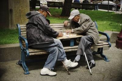 שני גברים זקנים על ספסל, דמקה
