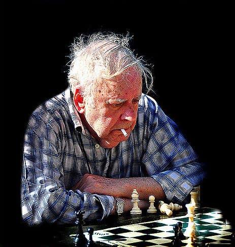 גבר זקן, מעשן, משחק שחמט
