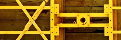 מסגרות מתכת צהובות על מבנה עץ