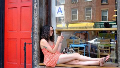 ברוקלין, צעירה על אדן חלון, סלולרי