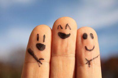 חברים ביחד, שלוש אצבעות עם פרצופים