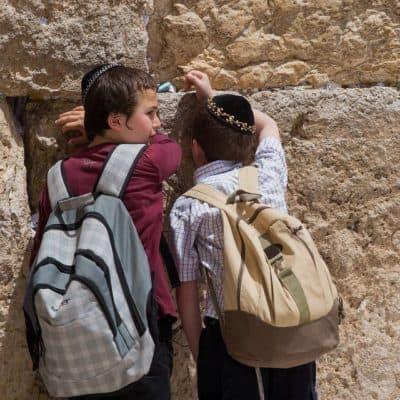 ילדים בכותל, תפילה