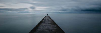 אדם על מזח, לפני הסערה, ים ושמיים כהים