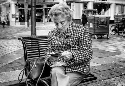 אישה זקנה, טבלט, קריאה