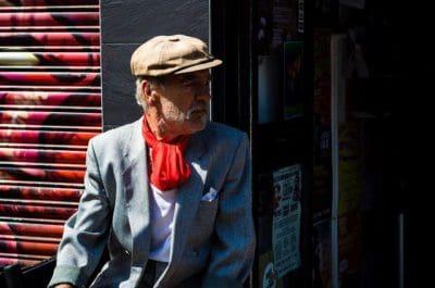 איש זקן, מטפחת אדומה