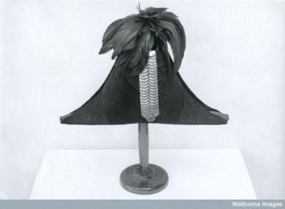 כובע משולש, ג'יימס בארי