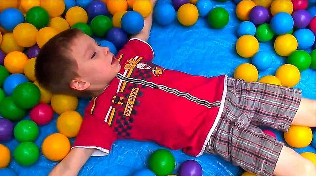 אוטיזם, ילד עם כדורים צבעוניים
