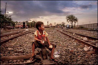 ילד, קמבודיה, שכונת עוני, פסי ברזל