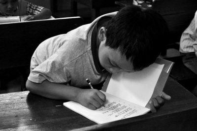 ילד כותב במחברת