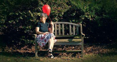 אישה על ספסל, בלון אדום