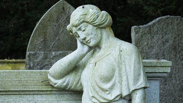 אבל, אישה אבלה, בית קברות