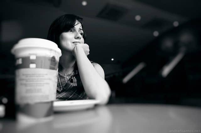 אישה מחכה, כוס קפה