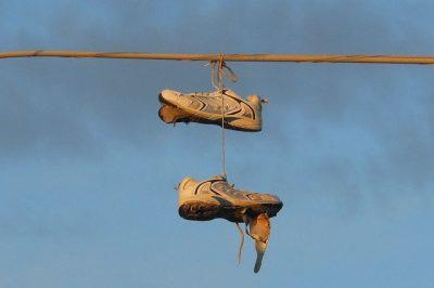 סוחרי סמים, נעלי התעמלות, כבל חשמל