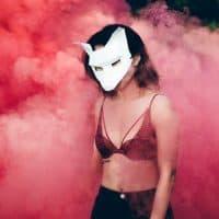 מסיכה, אישה צעירה