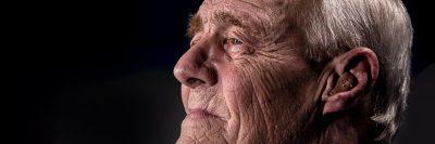 גבר זקן, קמטים, מכשיר שמיעה