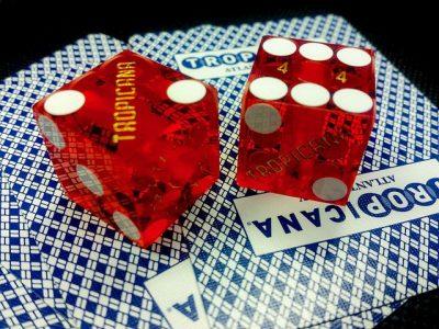 קוביות, הימורים, קלפים