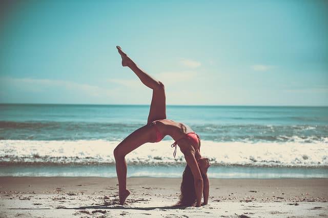 יוגה, קשיבות, מיינדפולנס, אישה צעירה, חוף הים