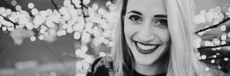 חיוך, צעירה מחייכת