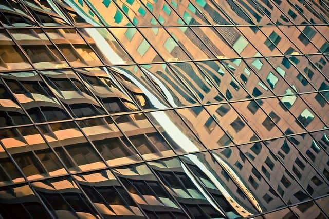 בניין זכוכית, חלונות, התאבדות