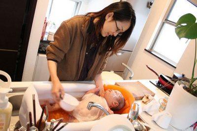 אמא, תינוק, כיור, מטבח