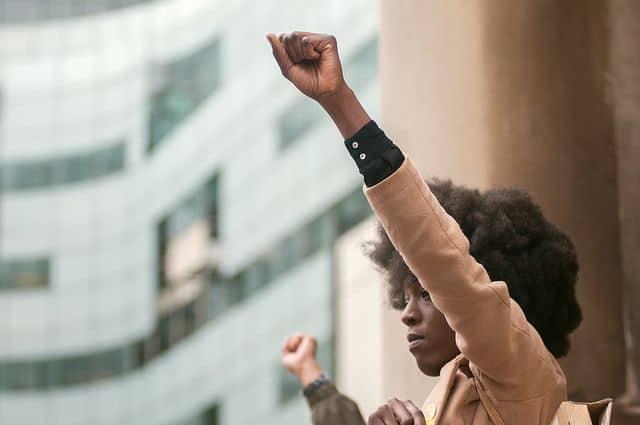 שחורים, הפגנה, מחאה, גזענות, אגרוף