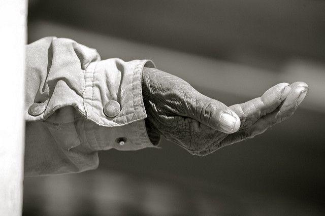 יד, קבצן, יד מושטת, צדקה