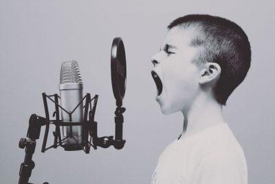 ילד, מיקרופון, צרחה