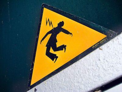 מכת חשמל, אזהרה, שלט