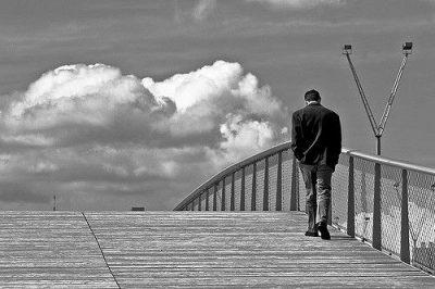 גבר, בודד, בדידות, גשר, עננים