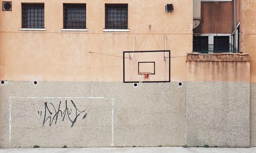 חצר, כדורסל, ונציה, חלונות, סורגים