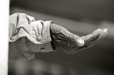 יד מושטת, קבצן, משבר כלכלי