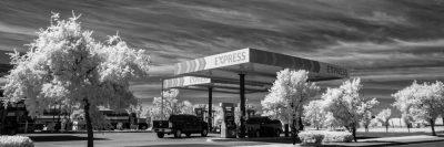 תחנת דלק, שמיים מעוננים, עצים לבנים, אי-ודאות