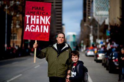 טראמפ, הפגנה, אב ובנו