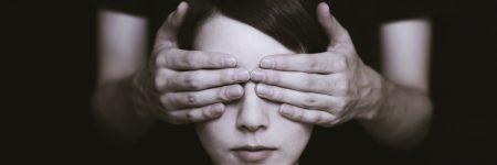 עיניים מכוסות, אישה, ידיים על עיניים