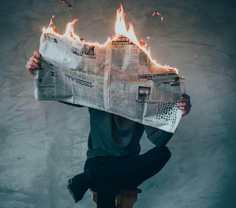 עיתון, עיתון נשרף, אדם קורא