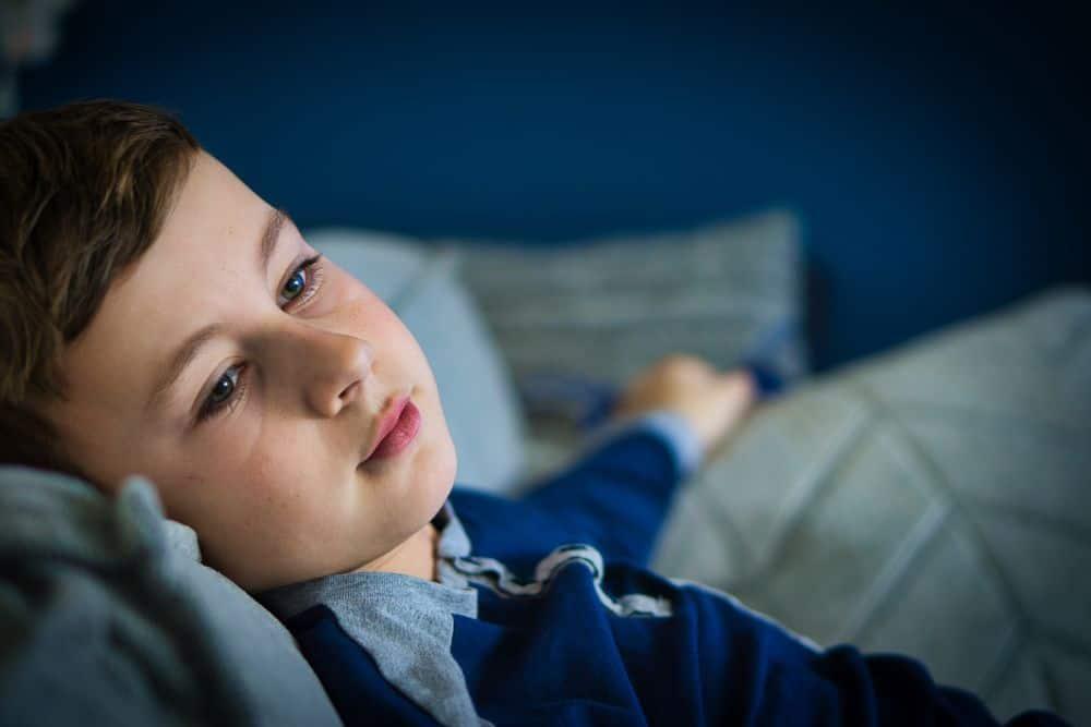 ילד במיטה