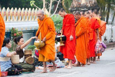 נזירים, בודהיסטים, מנחות, נדבות, לאוס