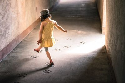 ילדה משחקת, משחק, עקבות