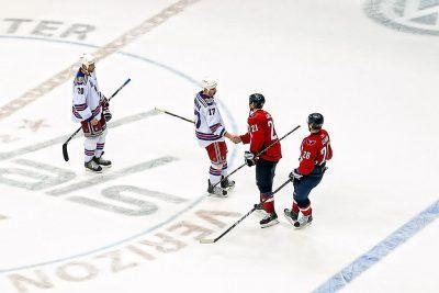 הוקי קרח, לחיצת יד