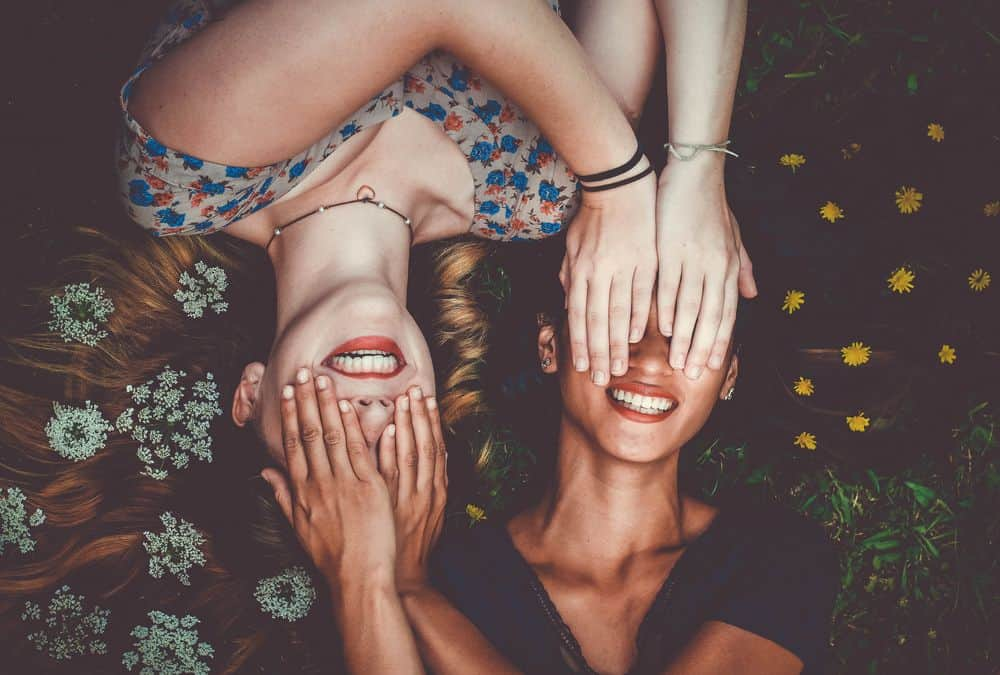בחורות, שתי נשים, כיסוי עיניים