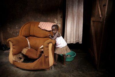 עוני, קמפלה, אוגנדה, ילדה קטנה, כורסה ישנה