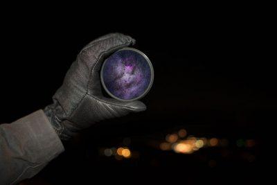 עדשה, חלל, יד, כפפה שחורה
