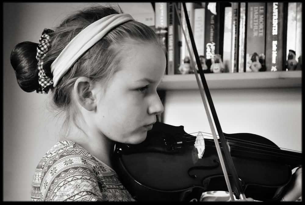ילדה, כינור