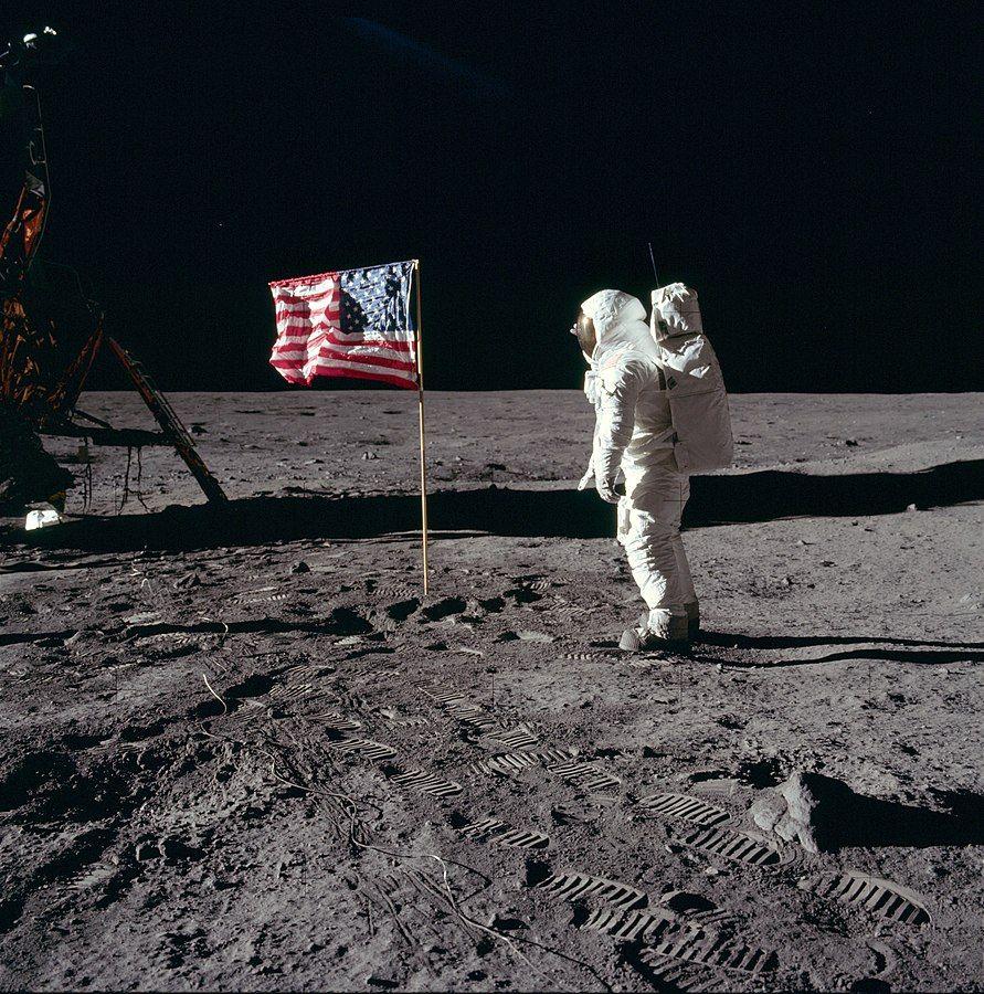 """באז אולדרין, ירח, דגל ארה""""ב, אפולו 11"""