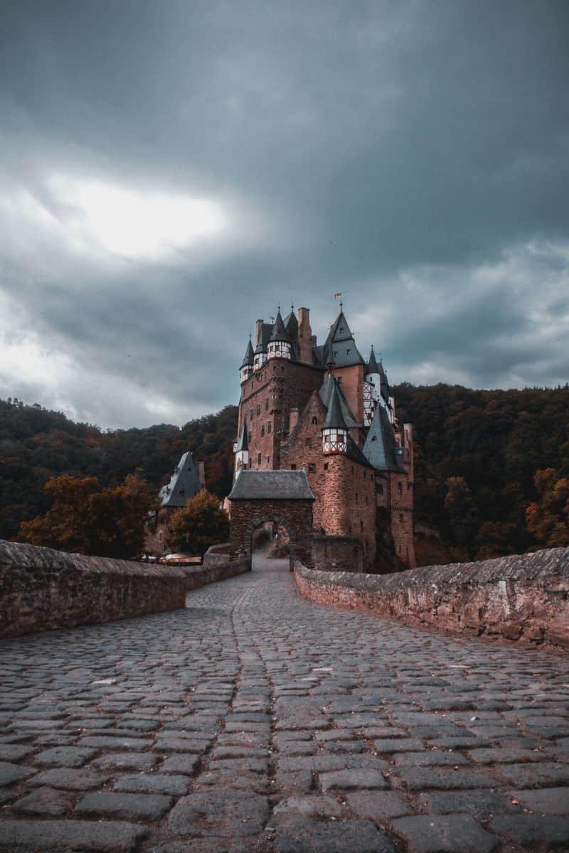 ארמון אפל, טירה אפלה