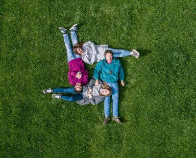 ארבעה צעירים, ביחד, משפחה