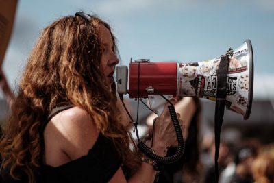 מגה-פון, אקטיביזם, פעילה חברתית