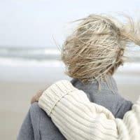 זוג מבוגר, ים, רוח