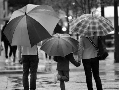 משפחה, מטריות, גשם