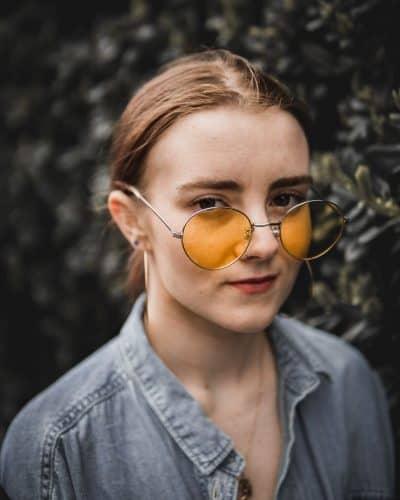 אישה צעירה, משקפיים, עדשות צהובות
